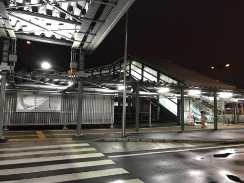 成田空港第3ターミナルのバス停から眺めた第3ターミナルへの連絡通路