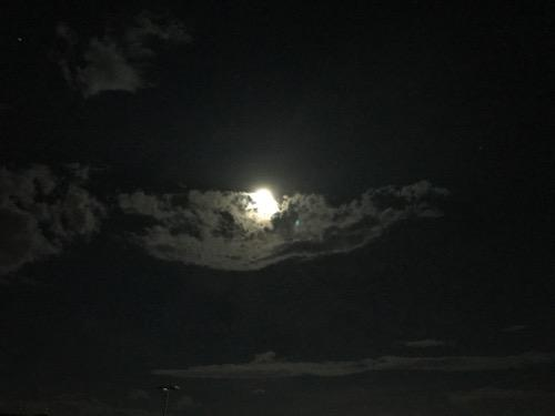 夜空の満月と雲