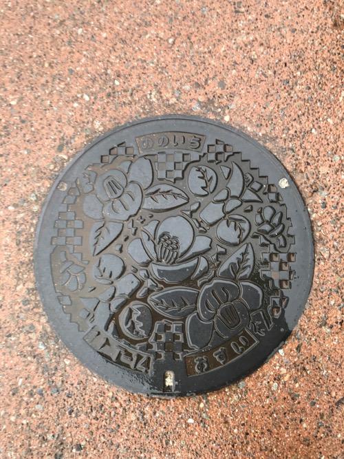 石川県野々市の「ののいち おすい」と書かれた雨で濡れたマンホールの蓋