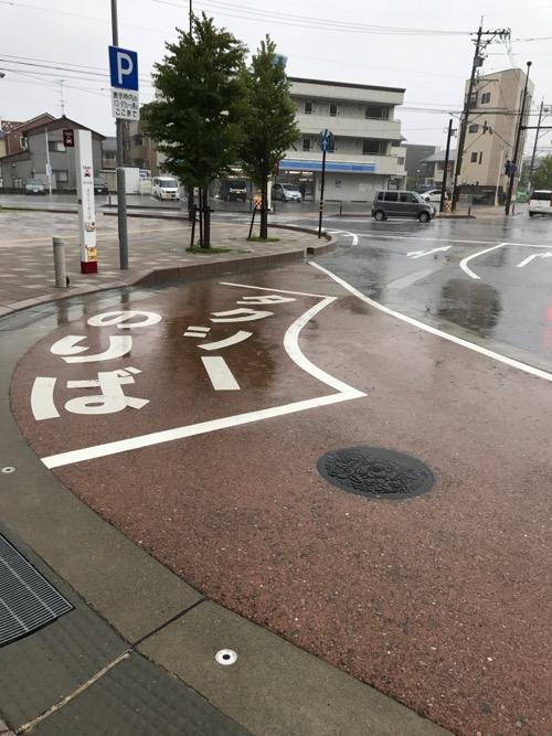 石川県野々市の「ののいち おすい」と書かれた雨で濡れたマンホールの蓋があるJR野々市駅南口周辺の様子