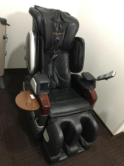 フジ医療器のマッサージチェア(SKS-3500) - 金沢シティホテルのリラクゼーション・ルーム内