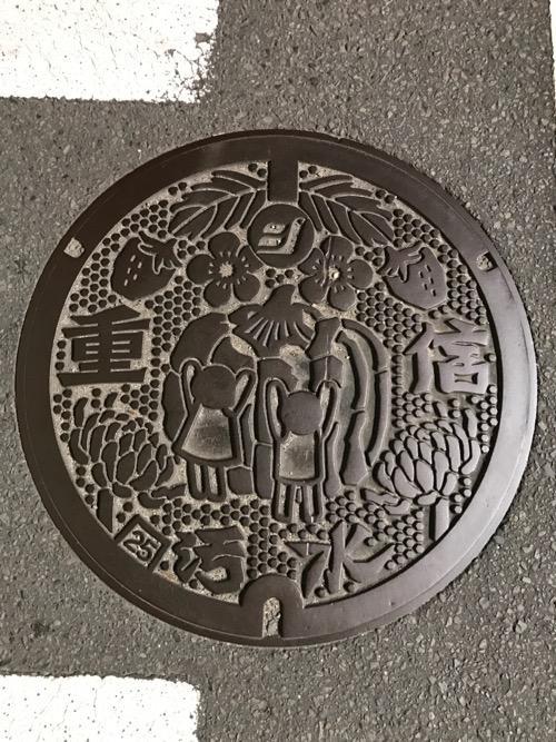 愛媛県東温市の「重信 汚水」と書かれたマンホールの蓋