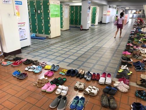 イヨテツスポーツセンター2階受付入ってすぐのコインロッカーと靴置き場