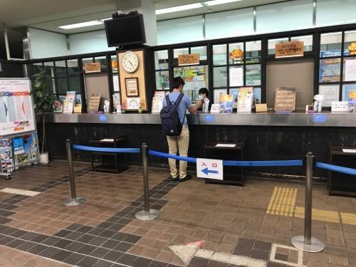 JR松山駅の切符売場(午前4時52分頃の様子)