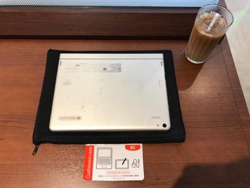 100円ショップ・キャンドゥのB5サイズのクッションケースの上に乗せたNECタブレットPC
