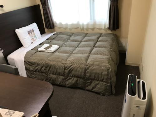 コンフォートホテル岡山 シングルルームのベッド、空気清浄機