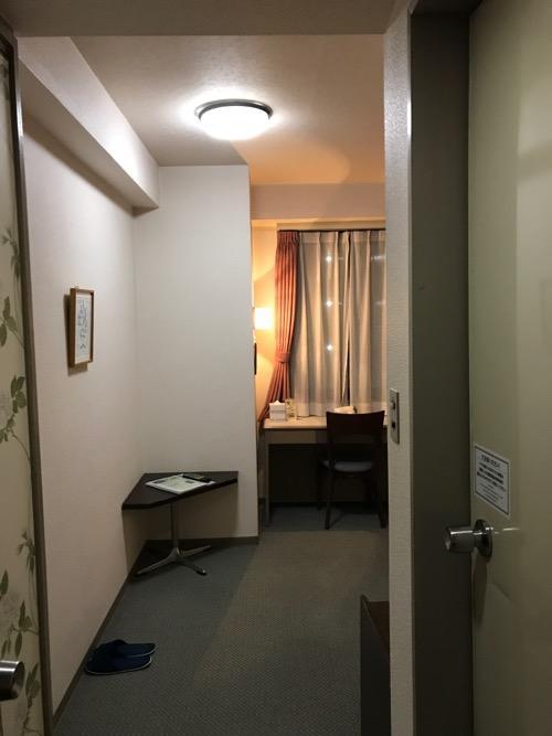 ホテルエコノ金沢駅前のシングルルームの部屋の入口から中を見た様子