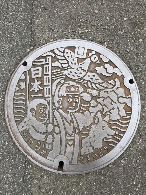 岡山県岡山市の桃太郎が描かれている下水道のマンホールの蓋