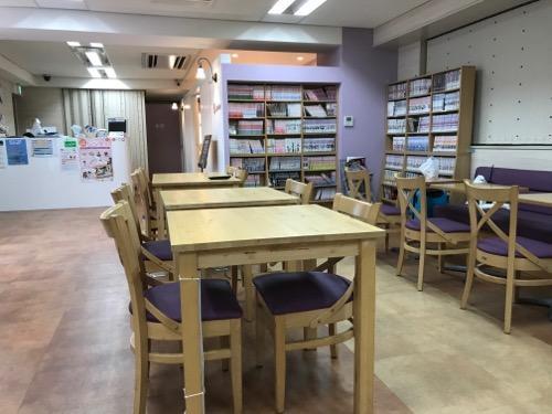 HUB Cafe 東京VIPラウンジの3階(テーブル、漫画本の本棚)