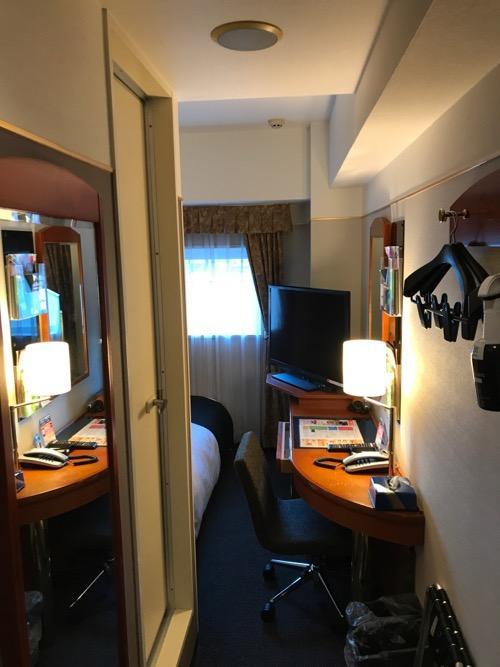 アパホテル金沢駅前のシングルルームの部屋の入口から部屋の中を見た時の様子