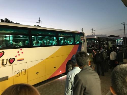 JR詫間駅前の代替バス2台