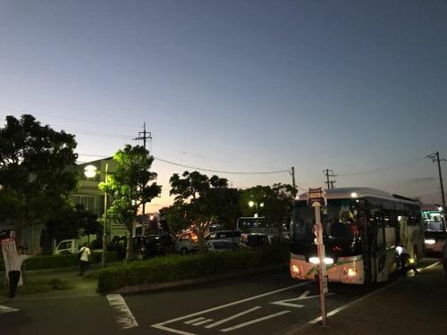 JR詫間駅前の夜の様子と代替バス2台目