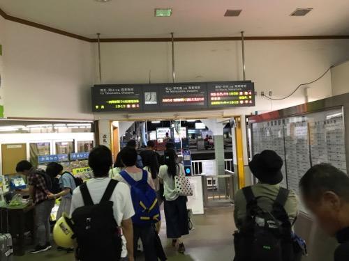 JR多度津駅改札口に向かう乗客達