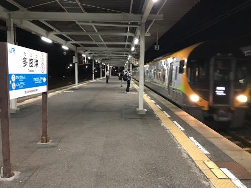 JR多度津駅の2番ホームに到着しつつある特急しおかぜ・いしづち28号