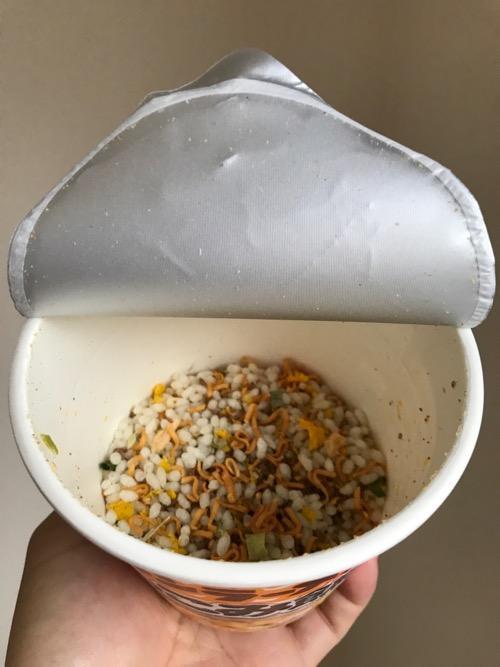チキンラーメンぶっこみ飯(蓋開封後、お湯を入れる前)