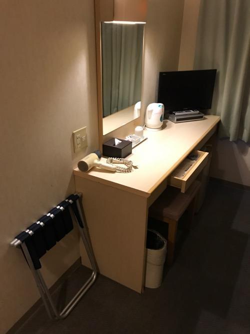 アビスイン岡山のシングルルームの机