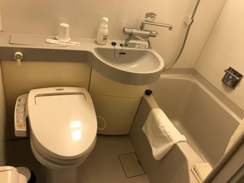 アビスイン岡山のシングルルームのトイレと風呂