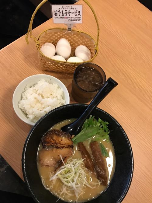 ラーメン 戸みら伊 横浜伊勢佐木町店の戸みら伊ラーメン、ごはん小、無料のゆで卵