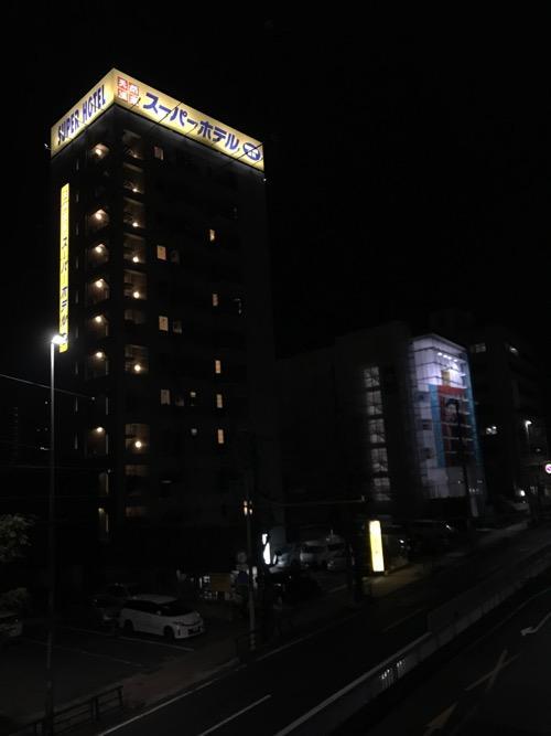 スーパーホテル岡崎の外観写真(夜間に撮影)