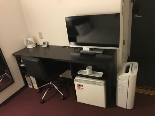 スーパーホテル岡崎の禁煙シングルルームの机と椅子