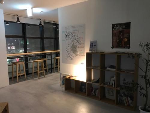 Blue Hour Kanazawaの本棚