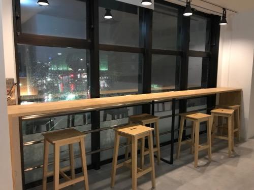 Blue Hour Kanazawaの共用スペースの窓際の机と椅子