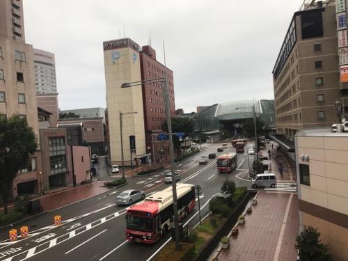 Blue Hour Kanazawaの共用スペースの机の前の窓から眺める朝の金沢駅前の風景