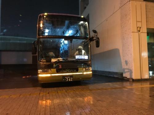 JR松山駅東 ホテルニューカジワラ横に停車中のコトバスエクスプレスの連絡バス