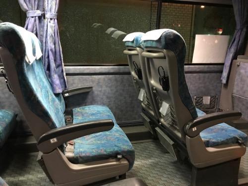コトバスエクスプレスの連絡バスの座席(左右に2列ずつの合計4列の座席)