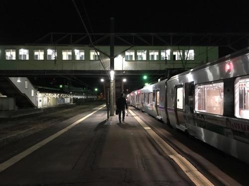 夜の五稜郭駅ホームに停車中の電車・はこだてライナー