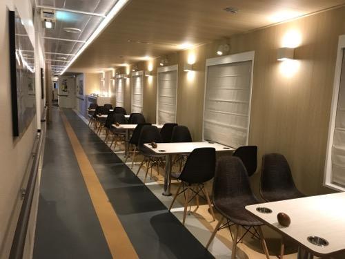 津軽海峡フェリーのブルードルフィンの船内通路・窓際沿いに並ぶ机と椅子