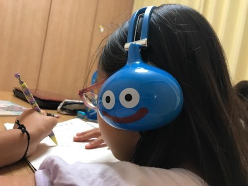 ドラゴンクエスト スライムヘッドフォンで音楽を聴きながら勉強する小学6年生の娘
