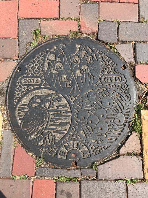 北海道恵庭市の「2014 おすい ENIWA」という文字が書かれたマンホールの蓋