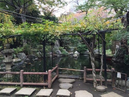 愛宕神社境内にある風流な池