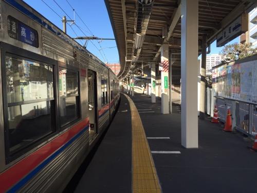 京成金町駅の踏切側のホームの端から見た改札口方向のホームと停車中の電車