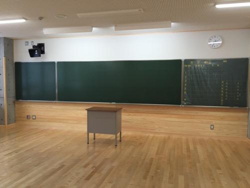 余土中学校の新校舎棟2階 1-3の教卓と黒板