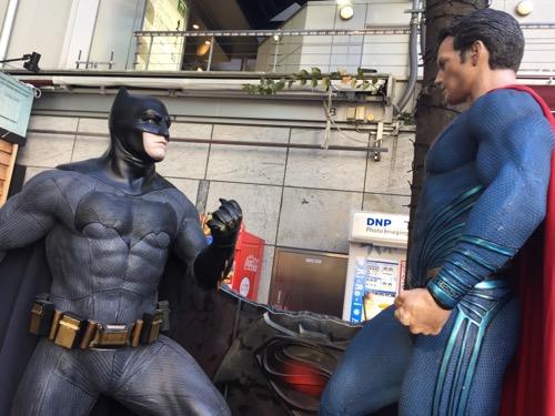 映画「バットマン vs スーパーマン」の等身大の人形(睨み合っている二人を間近で撮影)