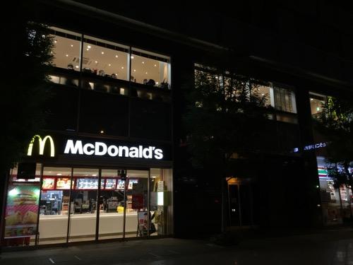 マクドナルド秋葉原駅前店の外観と外から見た2階窓際席の様子