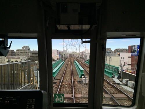 東京メトロ千代田線北綾瀬駅に停車中の電車内の最後尾側から千代田線北綾瀬駅の終端を眺めた風景