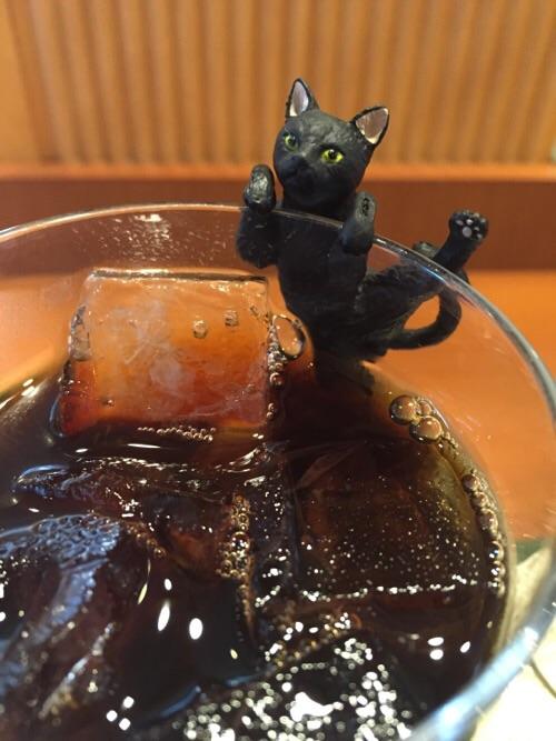 カフェベローチェ新橋四丁目店のアイスコーヒーのコップのふちによじ登るふちねこ「よじのぼり」(正面の姿)