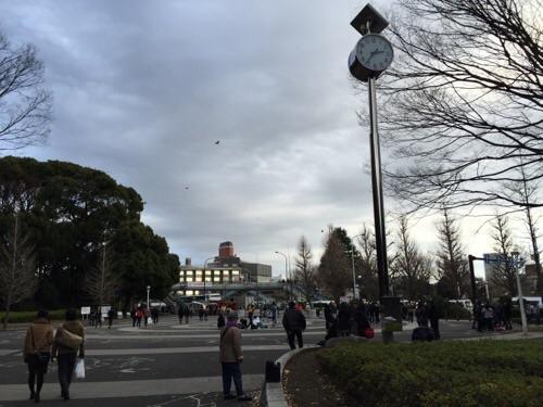 冬の代々木公園の原宿門付近の風景(時計の時刻は2時37分頃)