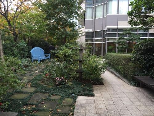 愛宕神社前交差点の水色のベンチ