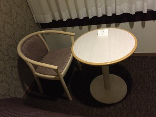 アイリス愛知(愛知県名古屋市中区丸の内2-5-10)の窓際のテーブルと椅子