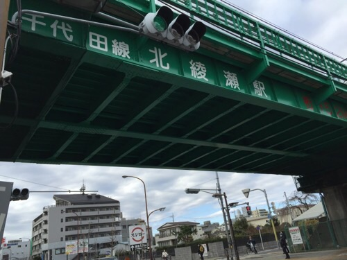 東京メトロ北綾瀬駅の高架下を駅入口付近から見上げた様子