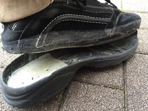 靴底が剥がれた様子(後ろから眺めた様子)