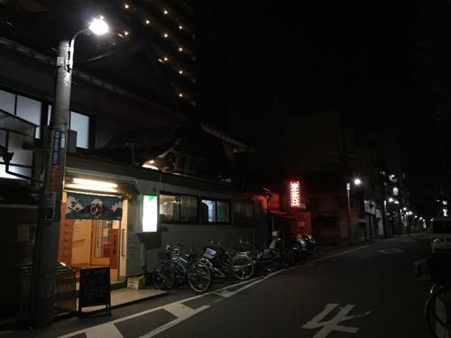 寿湯(東京都台東区東上野5丁目4番17号)の外観と周囲の風景-夜間の様子
