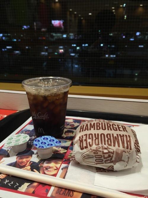 マクドナルド金町南口店2階窓際カウンターにて。アイスコーヒーとハンバーグ