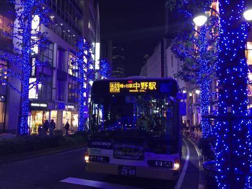 渋谷公園通りの青いイルミネーションと中野駅行きの京王バス