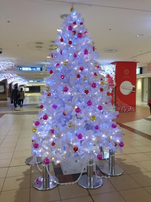 東京・八重洲地下街の巨大な白色のクリスマスツリー