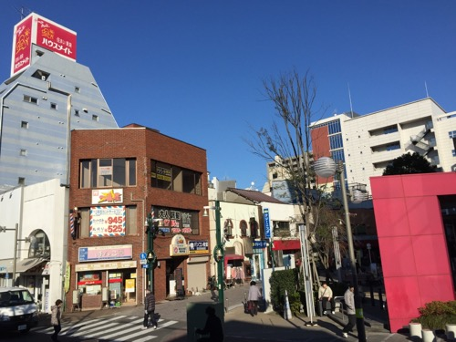 京成金町駅ホームから見える京成金町駅前の街並み